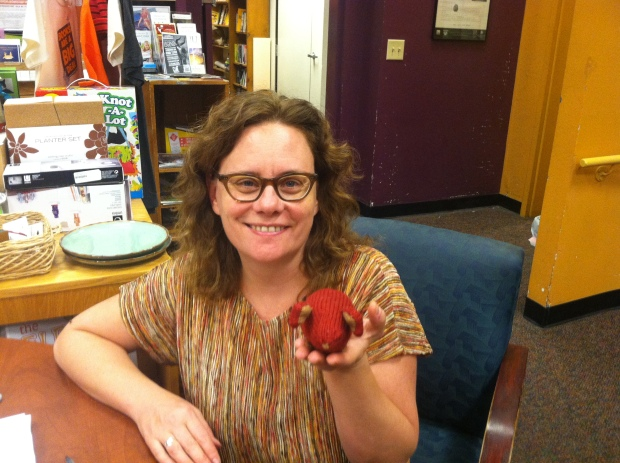 Stephanie Pearl-McPhee holding a knitted mouse